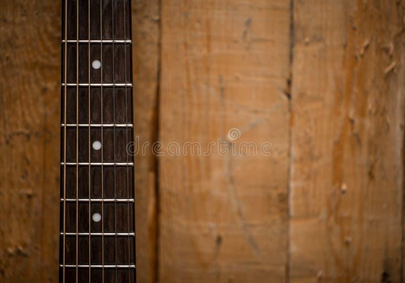 fingerboard da guitarra acústica no fundo de madeira fotos de stock