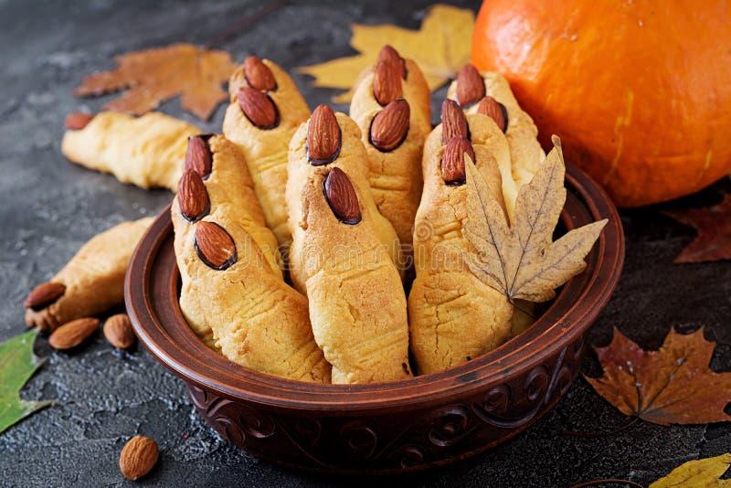 Fingeres de la bruja de las galletas con las almendras y el chocolate foto de archivo libre de regalías