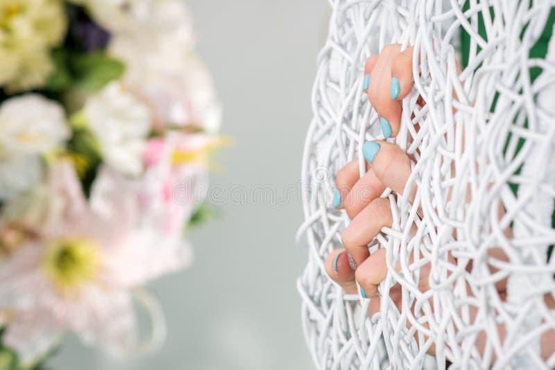 Fingeres pintados en una rejilla del metal blanco fotos de archivo