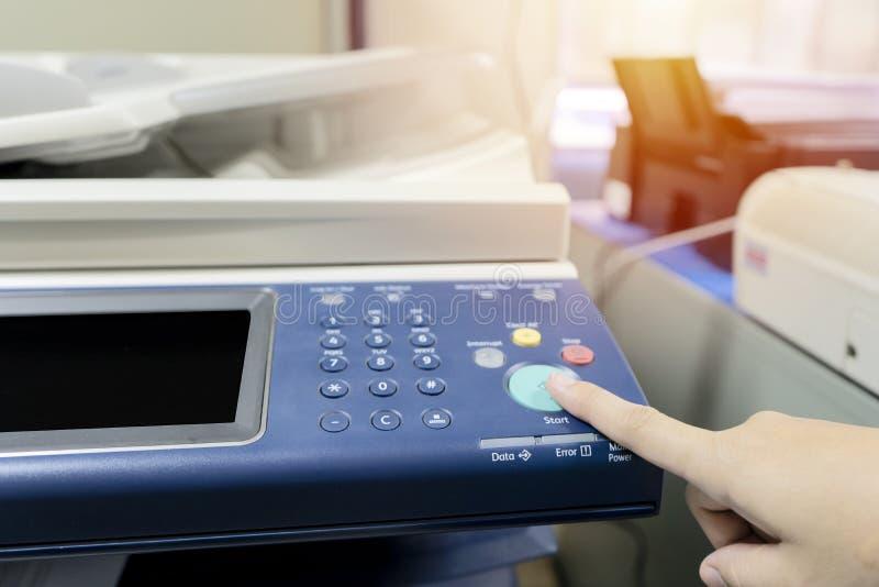 Fingeres que están presionando el botón la impresora imágenes de archivo libres de regalías