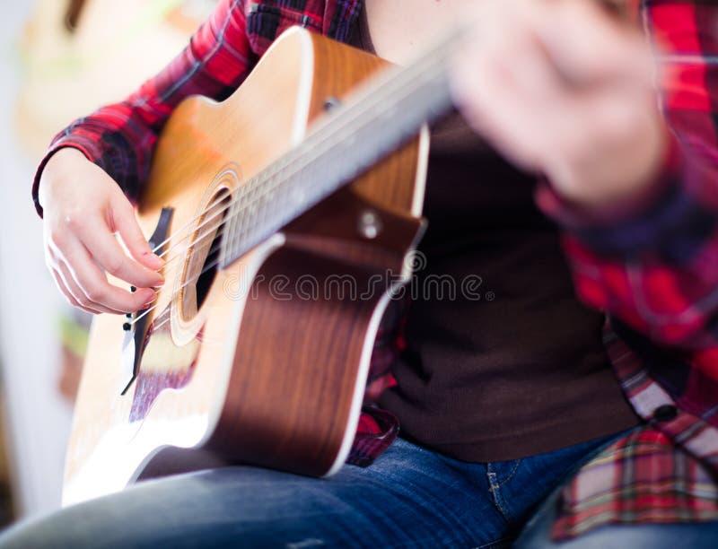 Fingeres que tocan la guitarra foto de archivo libre de regalías