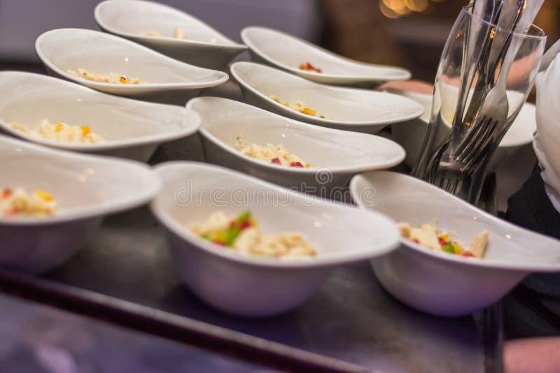 Fingerfood bereit auf einem Teller zur Partei oder zu den Ereignissen auf einem Behälter lizenzfreie stockfotografie