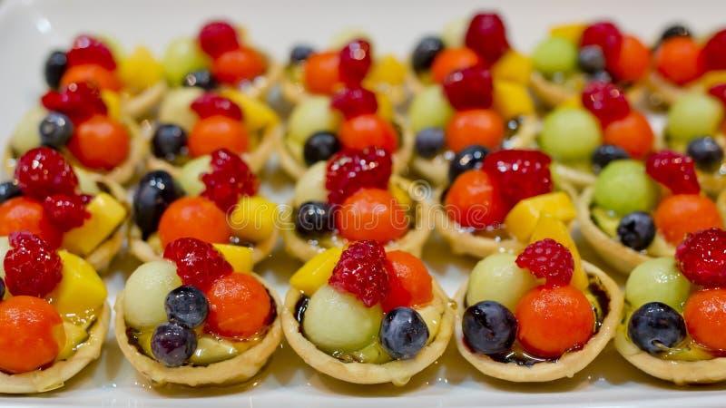 Fingerfood, Nachtisch und Fruchtcocktail stockfoto