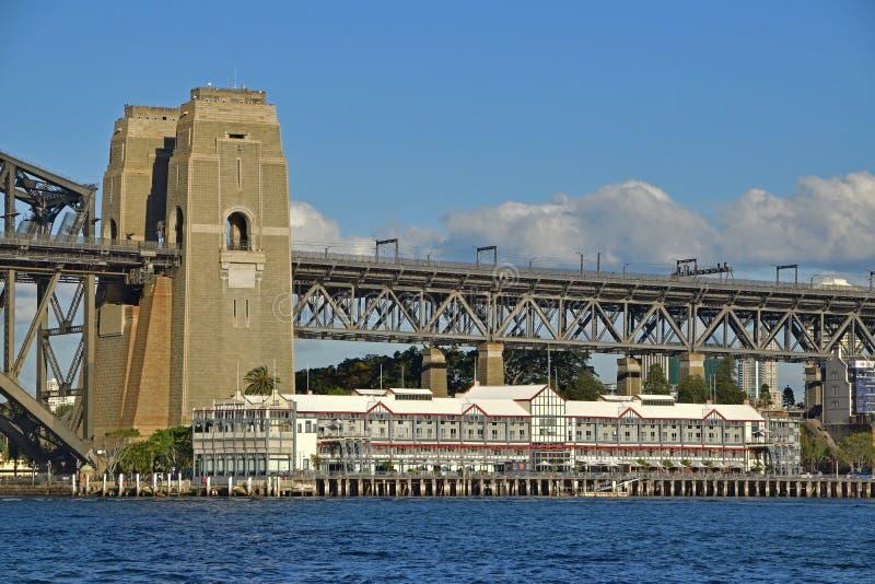 Fingerhamnplatsbyggnad med Sydney Harbour Bridge på den Walsh fjärden, New South Wales, Australien royaltyfri foto