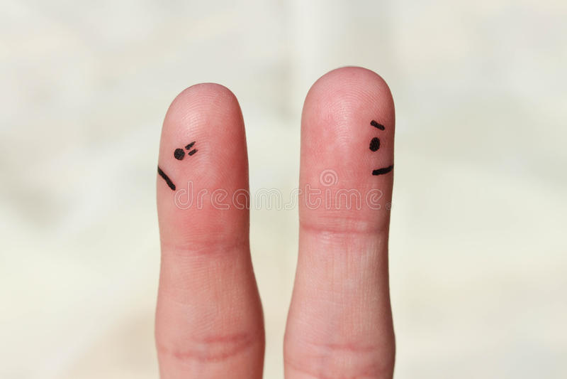 Fingerkonst av par Koppla ihop efter ett argument som ser i olika riktningar royaltyfri foto