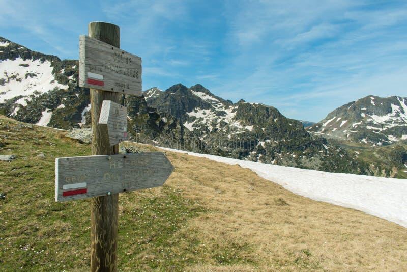 Fingerpost在远足路线的GR10的法国比利牛斯在彻尔de Terre Negre 免版税图库摄影