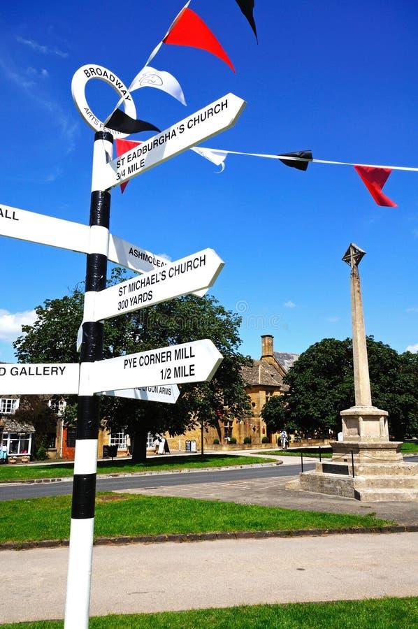 Fingerpost nel centro del villaggio, Broadway immagine stock
