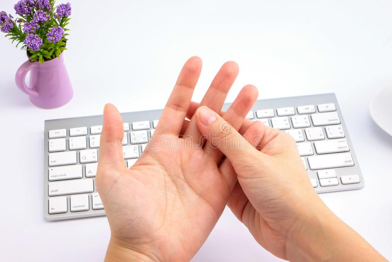 Fingerschmerz der jungen Frau für Gesundheitswesen lizenzfreies stockbild