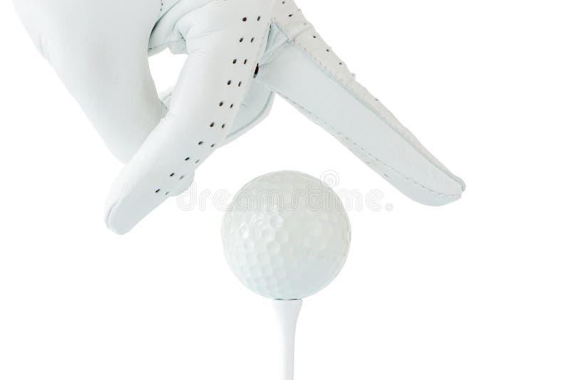 Fingrar för golfarebruk som två rymmer golfboll på utslagsplats med vit backg royaltyfri foto