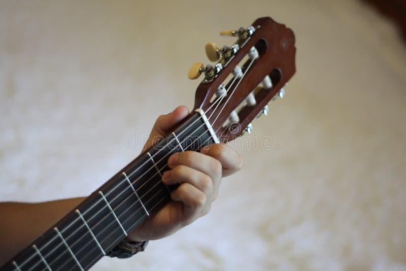 Fingrar på en gitarrfretboard royaltyfri bild