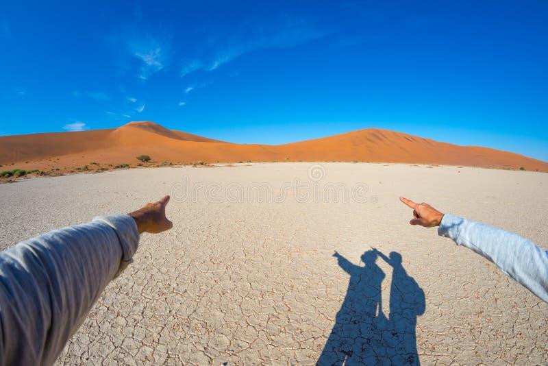 Fingrar som pekar till de sceniska sanddyerna av Sossusvlei, Namib Naukluft nationalpark, Namibia, Afrika Affärsföretag och utfor royaltyfri fotografi