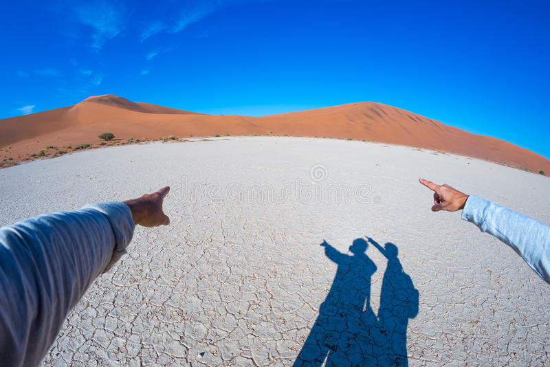 Fingrar som pekar till de sceniska sanddyerna av Sossusvlei, Namib Naukluft nationalpark, Namibia, Afrika Affärsföretag och utfor royaltyfri foto