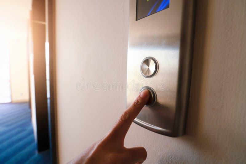 Fingret skjuter att peka upp hissen royaltyfri bild