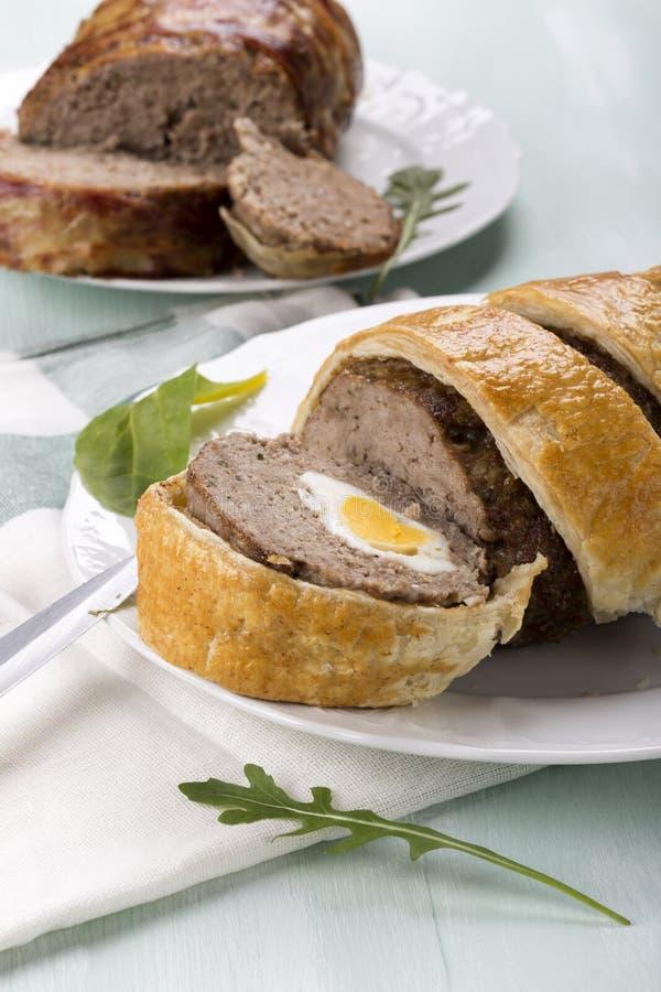 Finhackad köttfärslimpa med kokta ägg royaltyfria foton