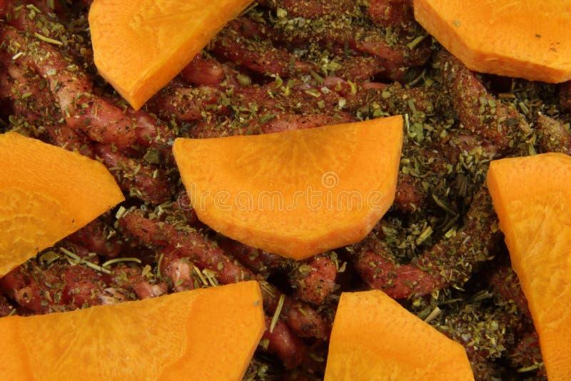 Finhackade nytt k?tt, orange mor?tter och Provencal ?rter K?tt och gr?nsaker, innan att laga mat arkivfoton