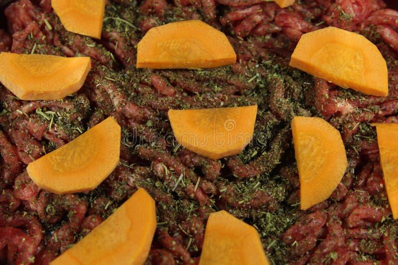Finhackade nytt k?tt, orange mor?tter och Provencal ?rter Kött och grönsaker, innan att laga mat arkivfoto