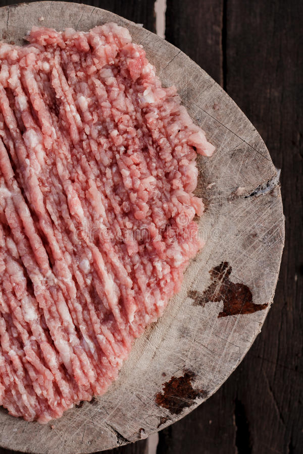 Download Finhackat Grisköttkött Förläggas På En Skärbräda Fotografering för Bildbyråer - Bild av finhackat, ägg: 76700973
