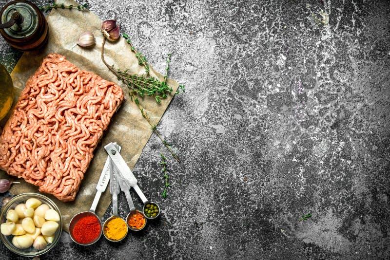 Finhackat nötkött med kryddor, aromatiska örter och olivolja arkivfoton