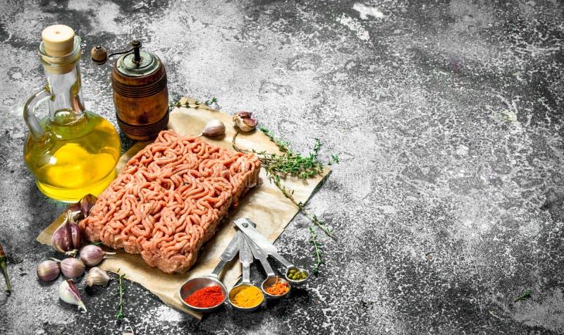 Finhackat nötkött med kryddor, aromatiska örter och olivolja arkivbild