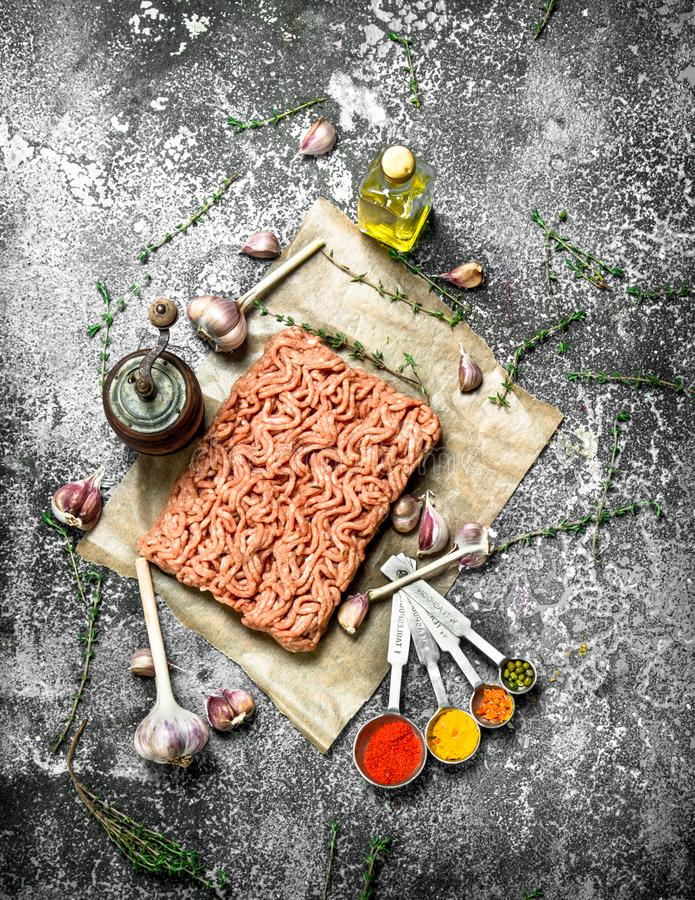 Finhackat nötkött med kryddor, aromatiska örter och olivolja fotografering för bildbyråer