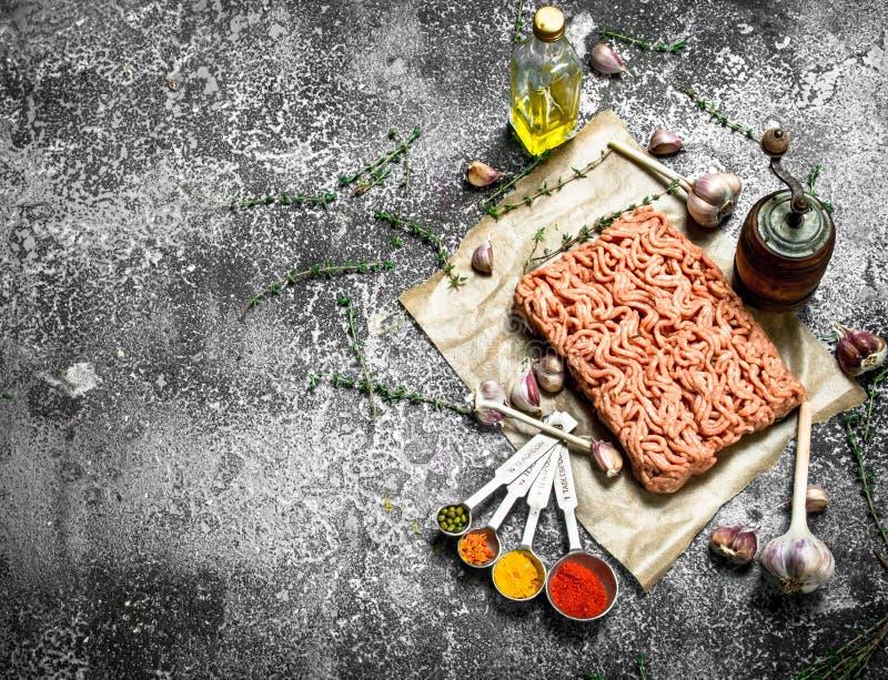 Finhackat nötkött med kryddor, aromatiska örter och olivolja royaltyfri foto
