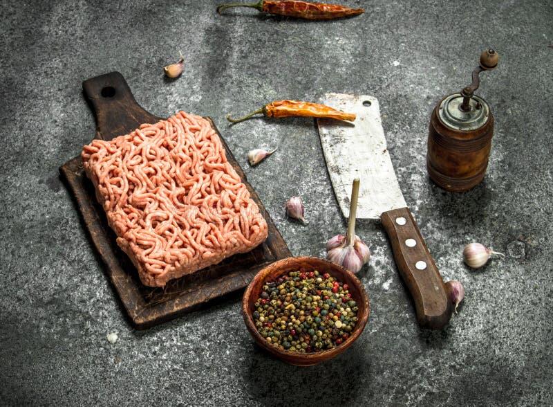 Finhackat nötkött med olika kryddor och örter arkivbilder