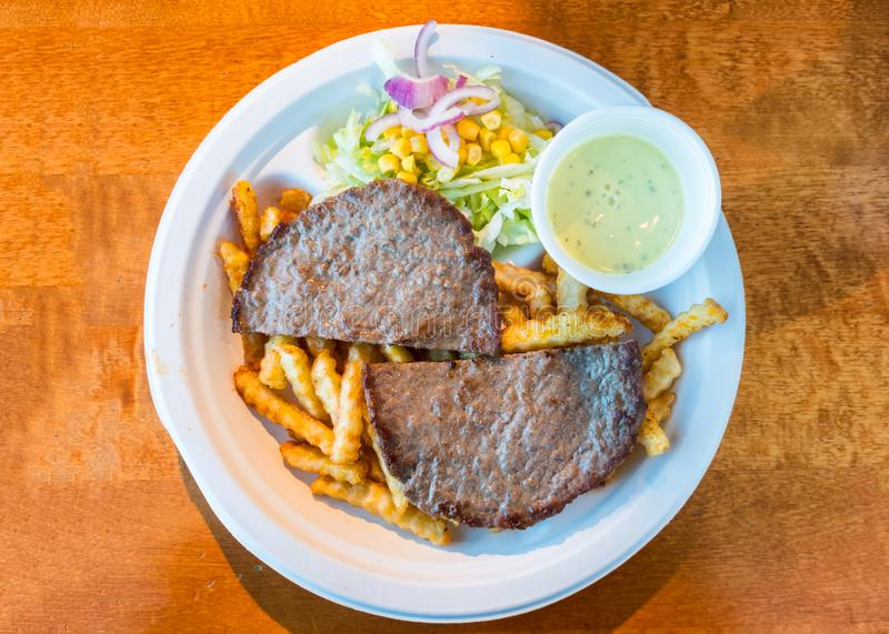 Finhackat nötkött som grillas som skivas med potatisen, grönsaken och sås på p royaltyfria foton