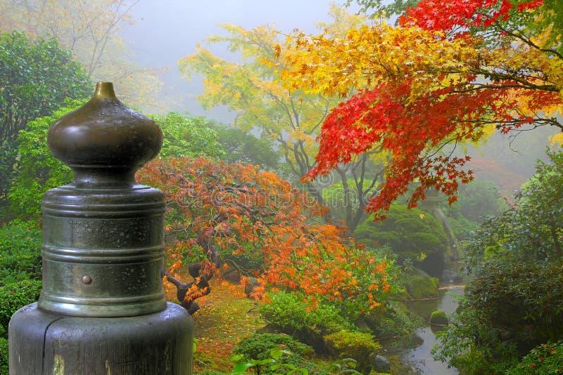 Finial sur la passerelle en bois dans le jardin japonais image libre de droits