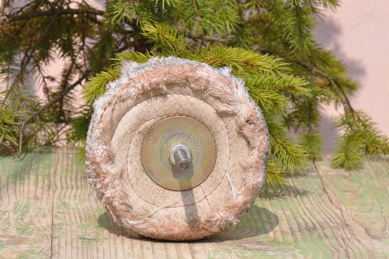 Finisca il disco per la molatura e la pulizia del metallo, del legno, della pittura e di altri materiali immagini stock