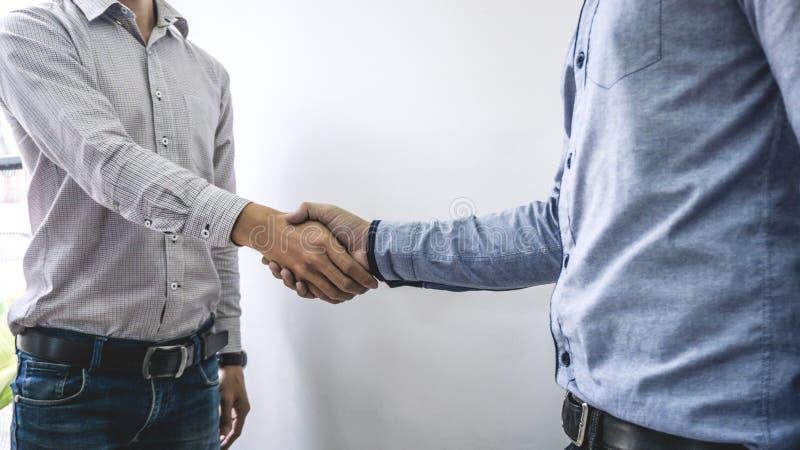Finissant une réunion, poignée de main de deux hommes d'affaires heureux après l'accord contractuel de devenir un associé, de col image stock