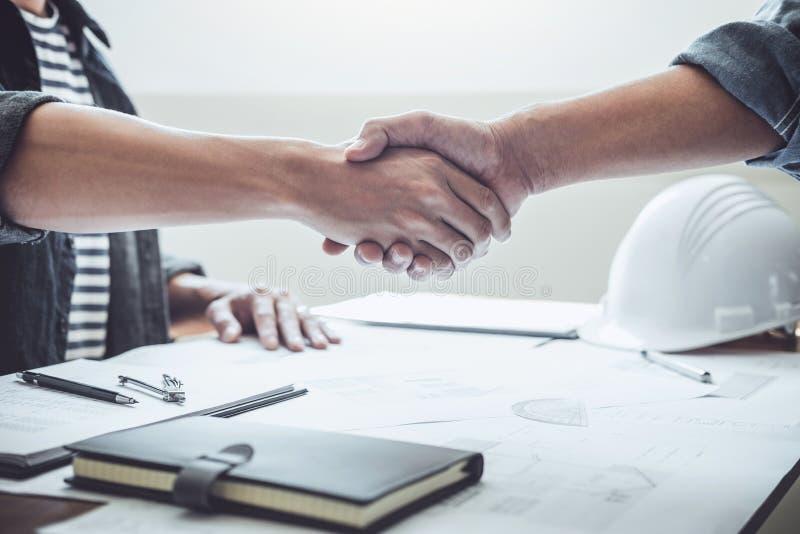 Finitura su una riunione, due ingegnere o riunione dell'architetto per il progetto, stretta di mano dopo consultazione e progetto fotografie stock