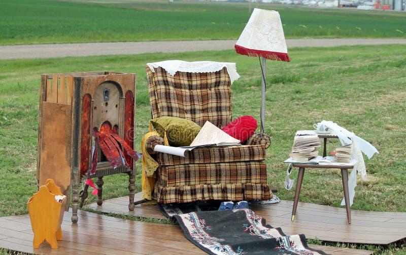 Finja la sala de estar con el Recliner y la lámpara imagen de archivo libre de regalías