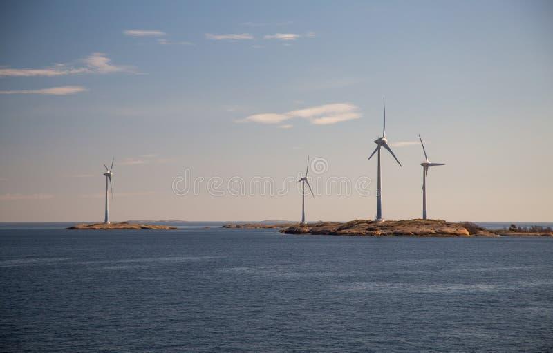 Finland Aland, Eilanden Lilla Batskar buiten Aland met windmolens op een zonnige de lentedag en een kalme overzees stock fotografie