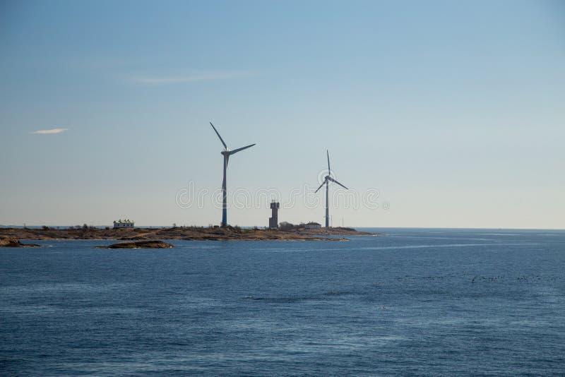 Finland Aland, Eilanden Lilla Batskar buiten Aland met windmolens op een zonnige de lentedag en een kalme overzees royalty-vrije stock afbeelding