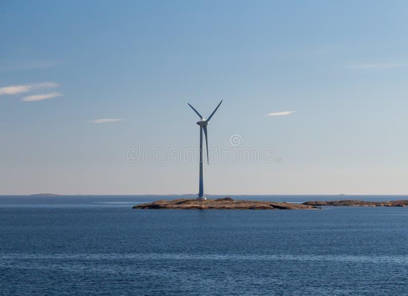 Finland Aland, Eilanden Lilla Batskar buiten Aland met windmolens op een zonnige de lentedag en een kalme overzees royalty-vrije stock fotografie