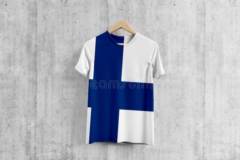 Finland flaggaT-tröja på hängaren, enhetlig designidé för finlandssvenskt lag för plaggproduktion Nationella kläder vektor illustrationer
