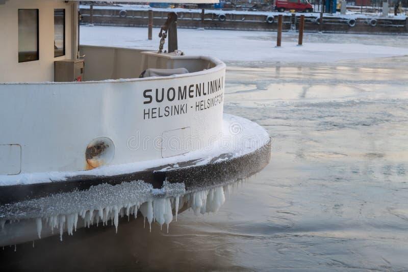 FINLAND HELSINGFORS - JANUARI 2015: Lokal färja till Suomenlinna i vintern som parkeras i is royaltyfria foton
