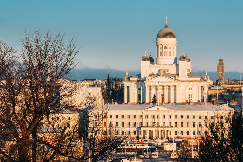 Finland, Helsinki Hoogste Weergeven van de Kathedraal en Stad Hall In Sunny Day van Helsinki Beroemd Koepeloriëntatiepunt royalty-vrije stock afbeelding