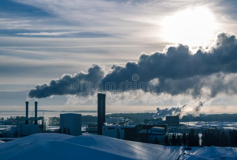FINLAND, HELSINKI - JANUARI 20, 2015: De industrie bij Vuosaari-haven, rook weggaande schoorstenen is de winter royalty-vrije stock fotografie