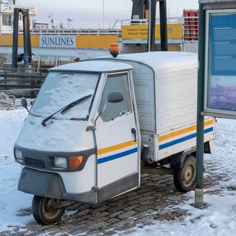 FINLAND, HELSINKI - JANUARI 2015: traditioneel uitstekend voertuig met drie die weels, naast haven in de winter wordt geparkeerd stock foto's