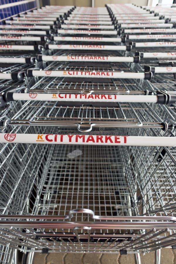 FINLANDE, IMATRA-20 AOÛT 2019 : une longue rangée de trolleys près du supermarché photographie stock libre de droits