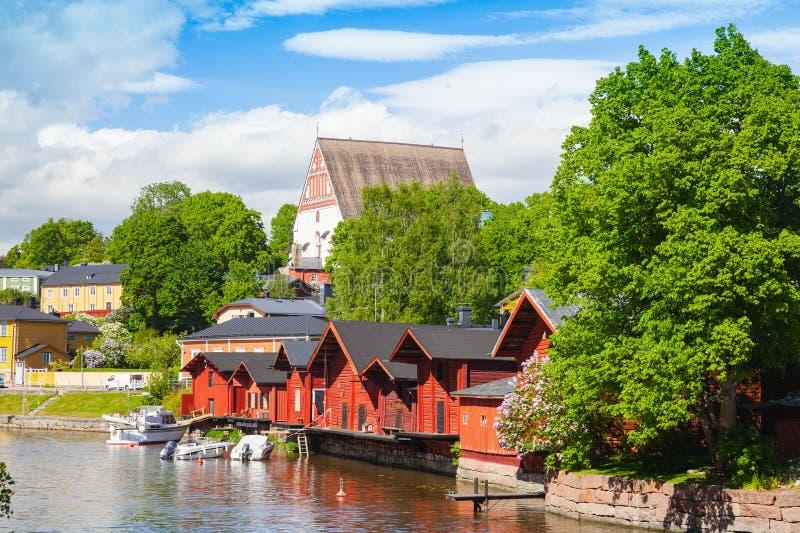 finlandia Casas y árboles de madera rojos viejos foto de archivo
