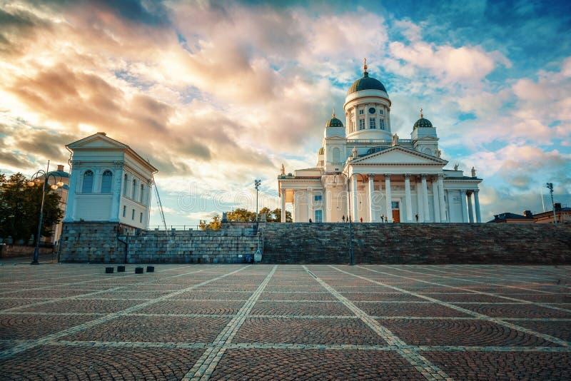 Finlandia, Helsinki, la vista de la catedral y el senado ajustan en su imagen de archivo