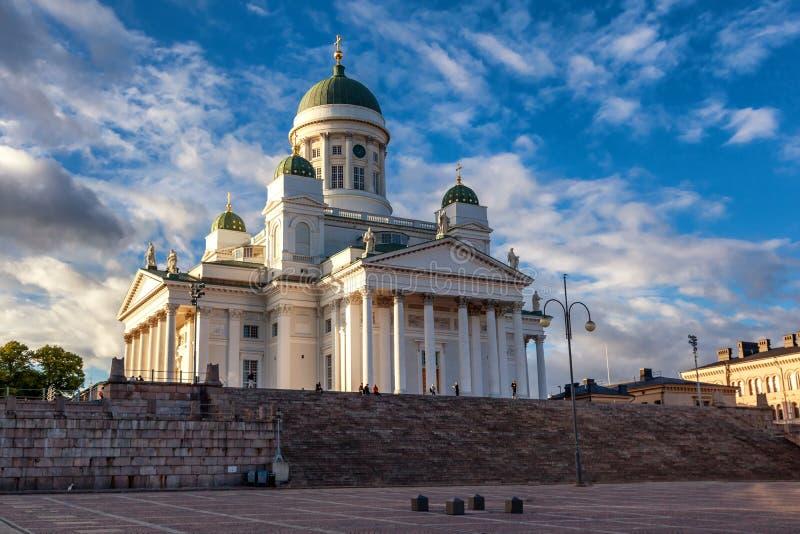 Finlandia, Helsinki, la vista de la catedral y el senado ajustan en su imagen de archivo libre de regalías