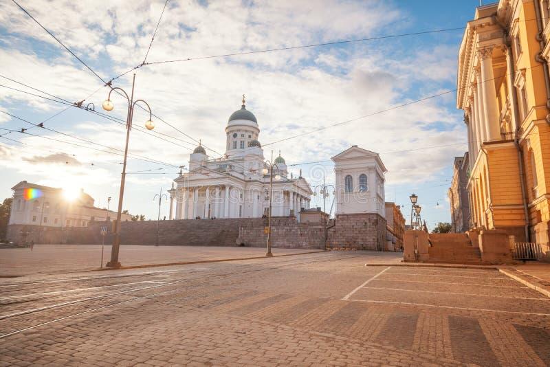 Finlandia, Helsinki, la vista de la catedral y el senado ajustan en su foto de archivo