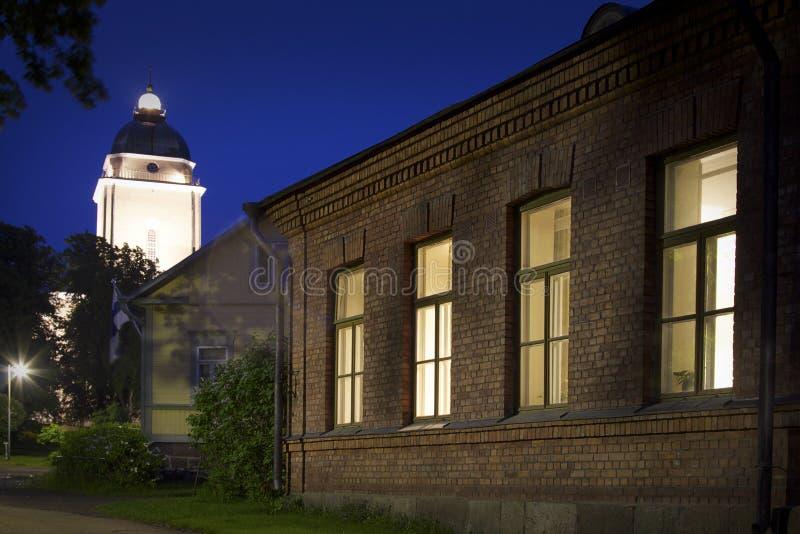 Finlandia: Helsinki por noche foto de archivo