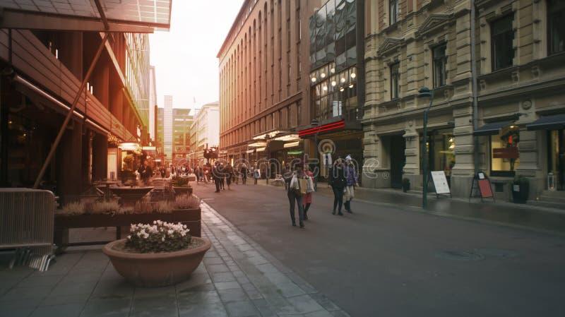 Finlandia, Helsinki - zwykłe ulicy kapitał, styl życia Wieczór czas, tonowanie, oświetleniowi skutki zdjęcia royalty free