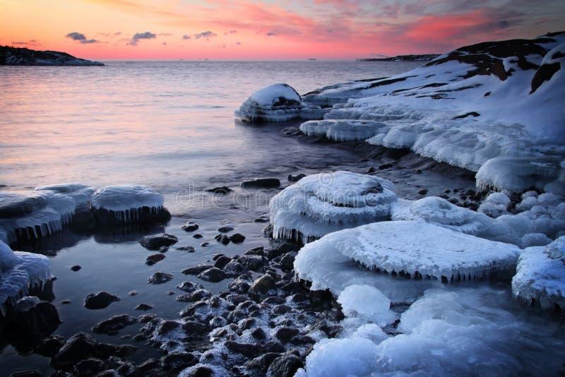 Finlandia: Puesta del sol por un mar Báltico foto de archivo