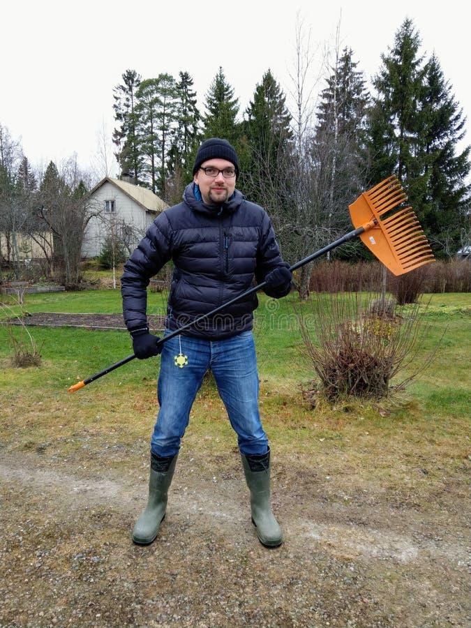 Finlandssvensk man som förbereder sig att gå i skogen att kratta sidor royaltyfria bilder