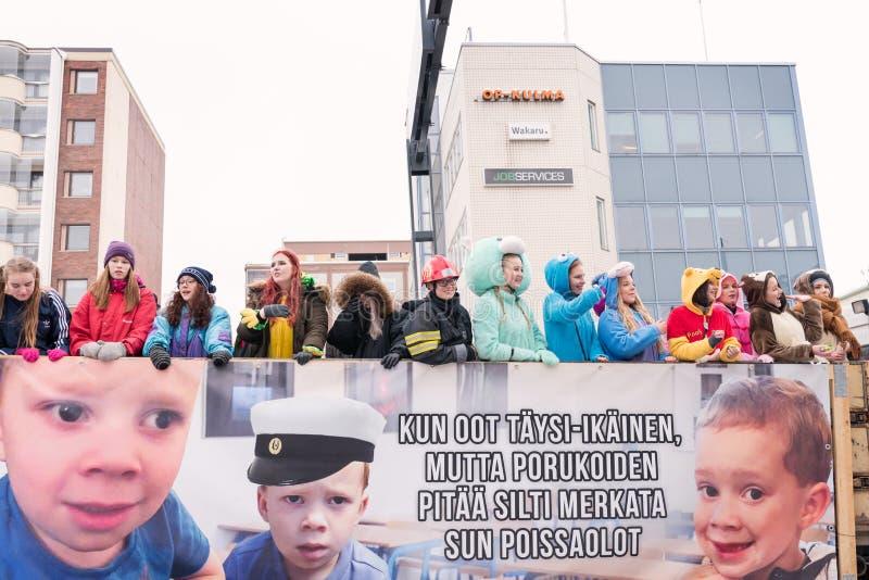 Finlandssvenska högstadiumstudenter på lastbilen med det roliga banret royaltyfria bilder
